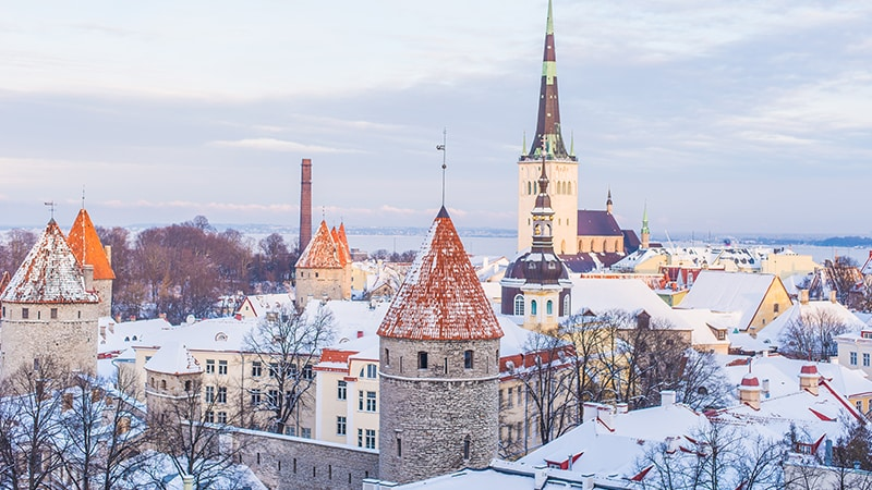 02 Day-and-night-men-travel-tallinn-city-skyline-in-snow