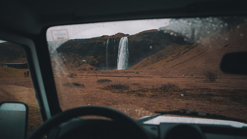 02 Wildlife-men-iceland-island-jeep-landrover-waterfall