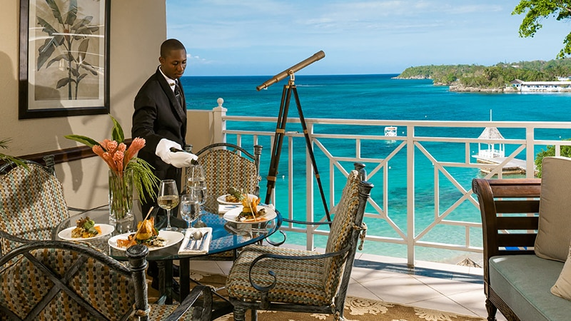 03 Luxury-Action-men-travel-maledives-butler-in-suite