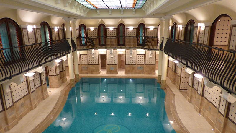 04 Day-and-night-men-travel-budapest-therme-hall