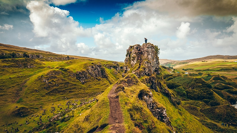 04 Wildlife-men-scotland-schottland-highland-hiking-man-on-top-of-mountain
