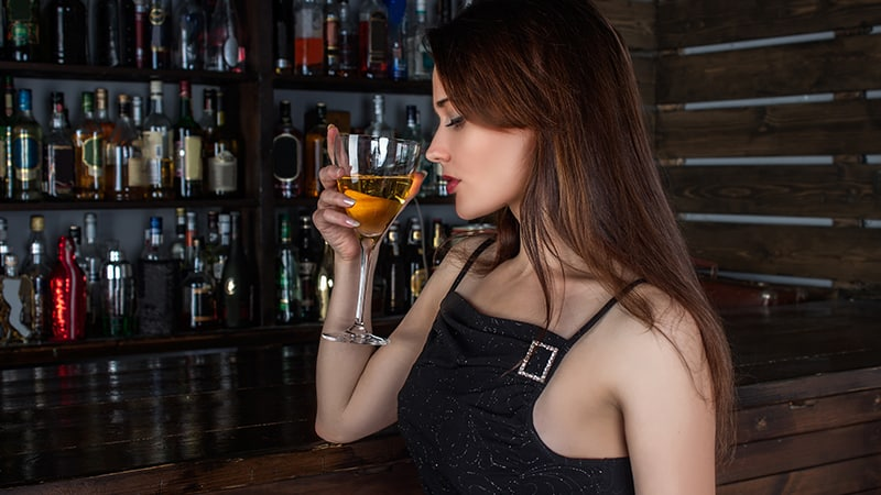 05 Day-and-night-men-travel-budapest-girl-with-cocktail