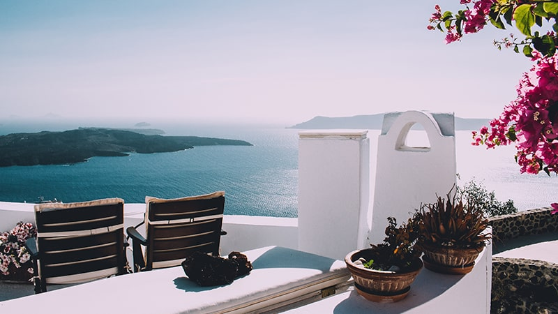 07 Luxury-Action-men-travel-greece-greak-islands-santorini-view-on-ocean