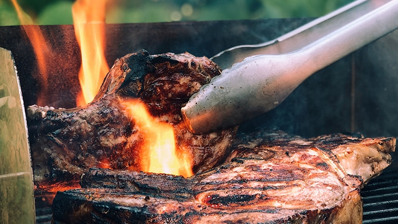 08 wildlife_men_steak_grillen_bbq_meat_fleisch_feuer_fire