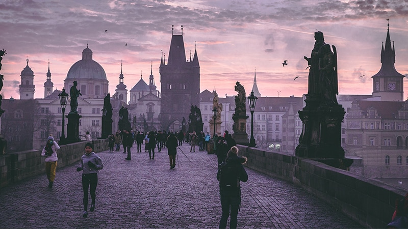 10 Day-and-night-men-travel-prague-charless-bridge-sunrise