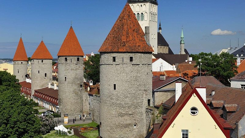 10 Day-and-night-men-travel-tallinn-city-wall