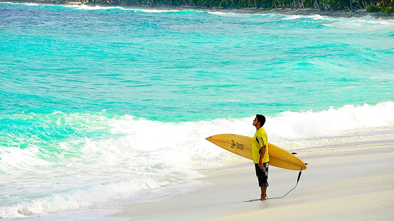 10 Luxury-Action-men-travel-maledives-man-surfing