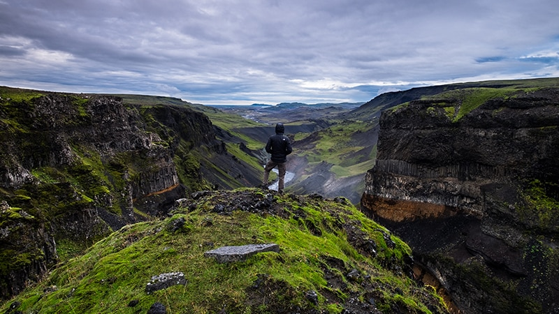 12 Wildlife-men-iceland-island-man-on-cliff-green-mountains