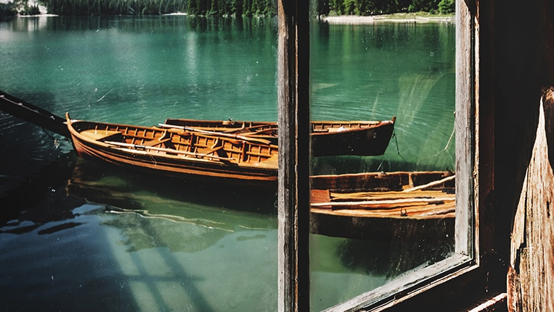 14 Wildlife-men-canada-Kanada-view-on-lake-through-window