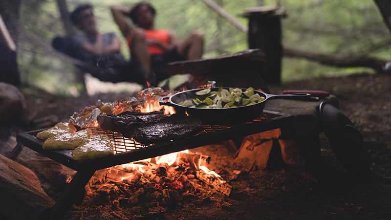 15 Wildlife-men-canada-Kanada-men-having-bbq-in-woods-grillen-in-der-wildnis