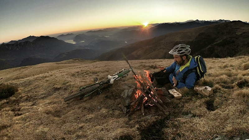 17 Wildlife-men-scotland-schottland-man-at-fireplace-with-mountainbike